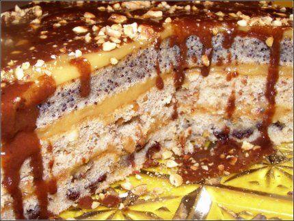 Торт Королевский Ингредиенты на торт Королевский:   Тесто: Сахар – 1,5 стакана Сметана – 1,5 стакана; Яйца – 3 штуки; Орехи - 200 гр. Мак - 200 гр. Изюм -200 гр. Сода - 1 чайная ложка (гашенная уксусом); Мука – 1,5 – 2 стакана; ванилин; корица.   Глазурь для торта: Сливочное масло – 20 г., Порошок какао – 2 ч. лож, молоко – 4-5 ст. лож. Сахар – 0,5 стакана.