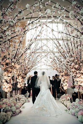 バージンロードにも白っぽい桜を飾れば清楚な雰囲気に♪ 桜の時期のウェディングのアイデア。結婚式/ブライダルの参考に☆