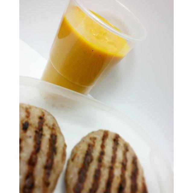 Crema de calabaza con manzana y curry (la receta la encontrarás en el blog -LINK EN BIO-es de hace algunos meses, así que utiliza el buscador ) y unas hamburguesitas de pavo hechas al grill  Y tú ¿qué almuerzas? #cocinafit #cocinafitness #cocinasaludable #comidasana #fitfam #fitfood #fitnessrecipes #fitrecipes #foodie #foodporn #healthychoices #healthyfood #healthymeals #healthyrecipes #instablogger #instafit #instafood #recetasfit #recetasfitness #recetassaludables #instafooddiar...