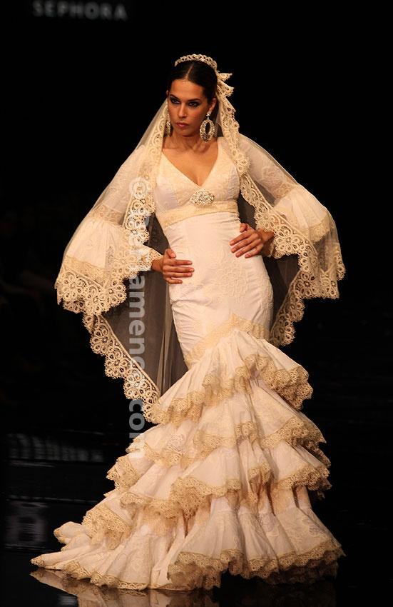 Loli Vera - Más que flamenca - SIMOF 2011. Si alguna vez yo me caso, quiero un vestido así...