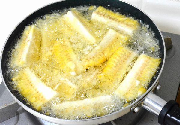 つい最近Twitter上で話題になったレシピ、「とうもろこし唐揚げ」のレシピってご存知ですか? ↓こちらがその話題のツイートです。 とうもろこし唐揚げの作り方 ①とうもろこし2本の皮を剥き、長さを3等分にし、それぞれを縦4つに切る ②ビニール袋に入れ、片栗粉大2をまぶし、170℃で1分程揚げる ③バター、醤油