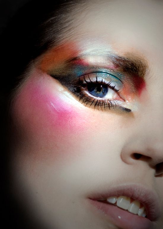 Stunning Ellis - Amazing beauty look from Ellis Faas. A dark and dewy array of colors.