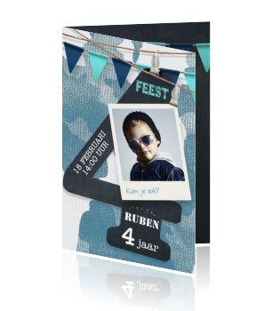 Stoere uitnodiging voor de verjaardag van een jongen van 4 jaar. Hippe blauwe camouflage achtergrond en eigen foto. De trendy azuren blauwe slingers springen van de zwarte krijtbord canvas aan de binnenzijde van de kaart.
