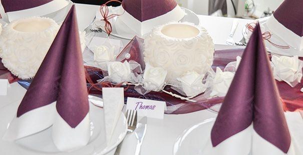 Romantische elegante tischdeko zur hochzeit mit for Tischdeko aubergine