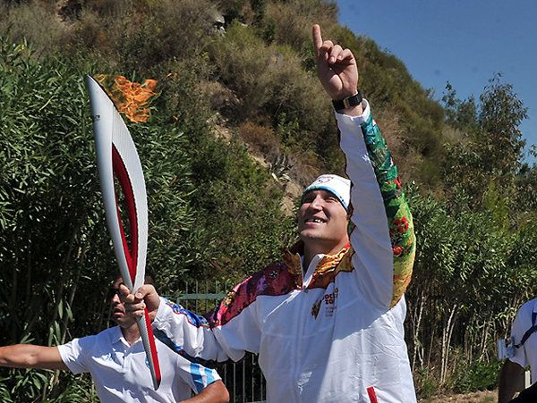 Alex Ovechkin begins Olympic torch relay for Sochi Olympics in typically goofy fashion