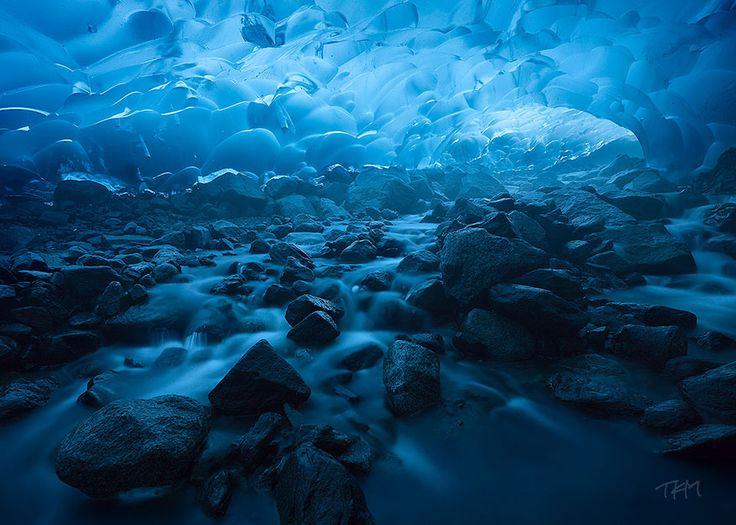 Cuevas glaciar Mendenhall en Alaska es famosa por sus enormes cuevas de hielo.