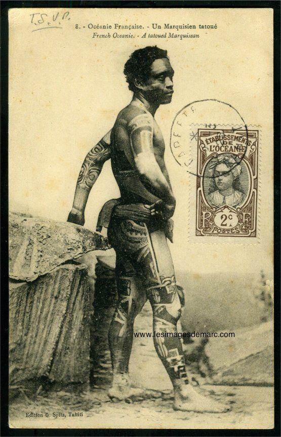 """Iles Marquises : """"Un marquisien tatoué"""". Le cliché original est commercialisé vers 1880 sous forme de carte de visite par Susan Hoaré, photographe à Tahiti. Quelques années plus tard, l'éditeur Spitz, qui a récupéré le fonds Hoaré, vend le cliché sous forme de carte postale. Original document. www.lesimagesdemarc.com"""