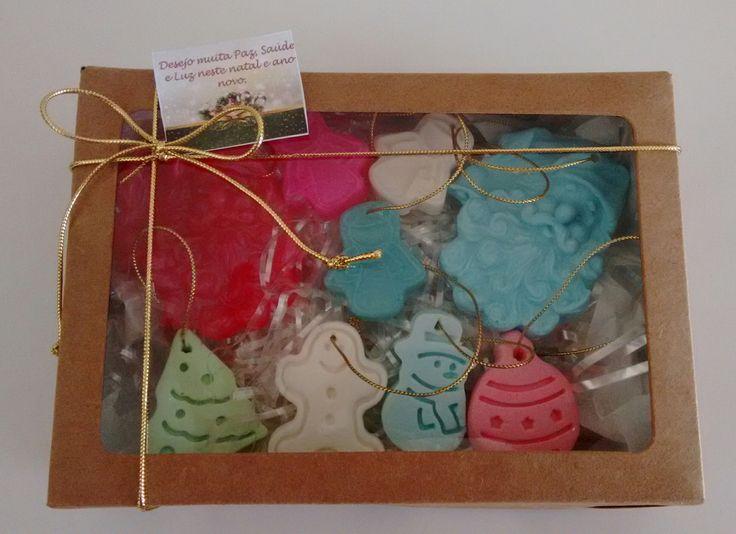 Lindos enfeites de sabonete para serem usados em sua árvore de natal ou presentear alguém especial. Acompanha 9 enfeites (sabonetes), uma charmosa caixa com visor, laço e tag.
