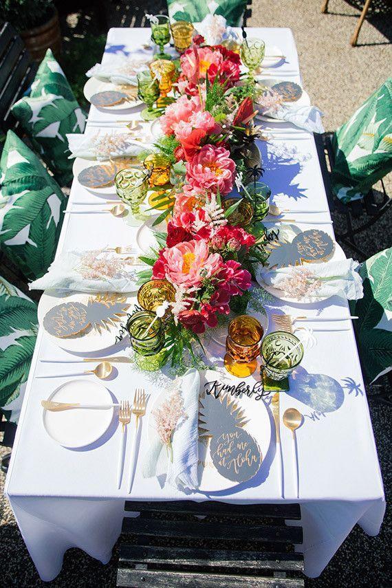 Apaixonada por essa mesa de jantar com inspiração havaiana. O evento era um chá de panela, mas fica a sugestão pra um jantar termático, um luau caprichado, olha que incrível!  Riqueza e tropicalidade nos mínimos detalhes!
