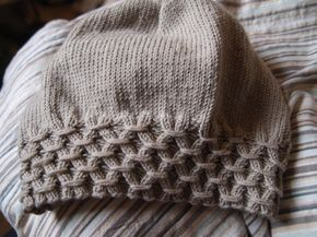 Slouchy beanie with smocked brim. Free pattern.