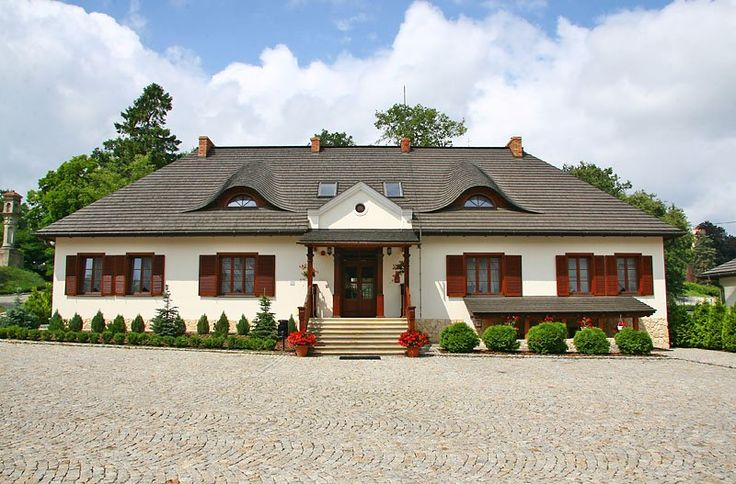 """Dwór """"Sarmata"""" w Sandomierzu powstał na fundamentach lub obrysach budynków zabytkowego zespołu dworskiego Strużyńskich z 1861r. Obecnie - hotel."""