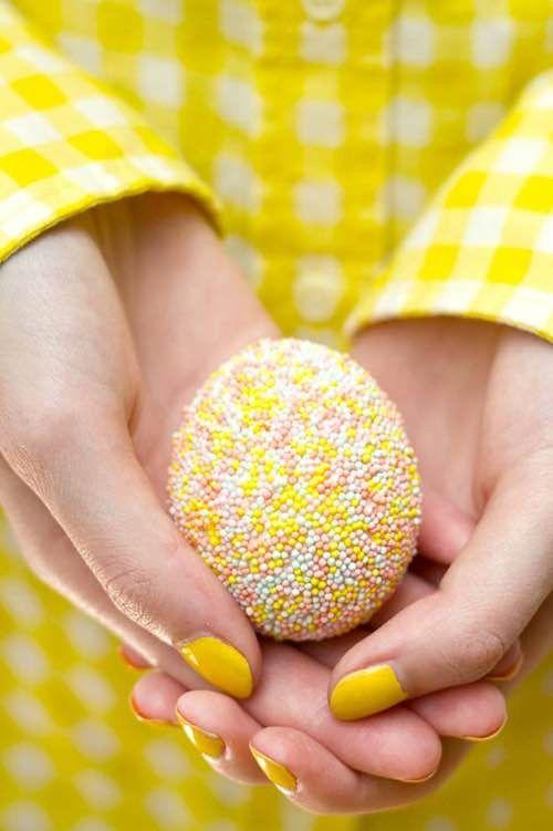 oeufs de paques décorés avec des mini billes en sucre colorées