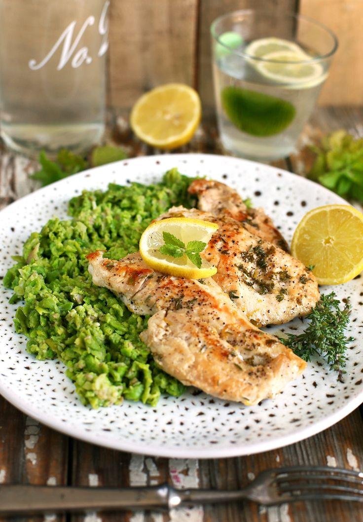 Köretnek általában riszt, burgonyapürét vagy sült burgonyát választ az ember, de mi van ha ezeket már nagyon unjuk? Simán használhatunk más zöldségeket is, amiket pikk-pakk lepürésítünk, ugyanolyan könnyen mint a burgonyát. A receptben zöldborsót használtunk a friss, fűszeres csirkemell mellé, ami isteni lett!