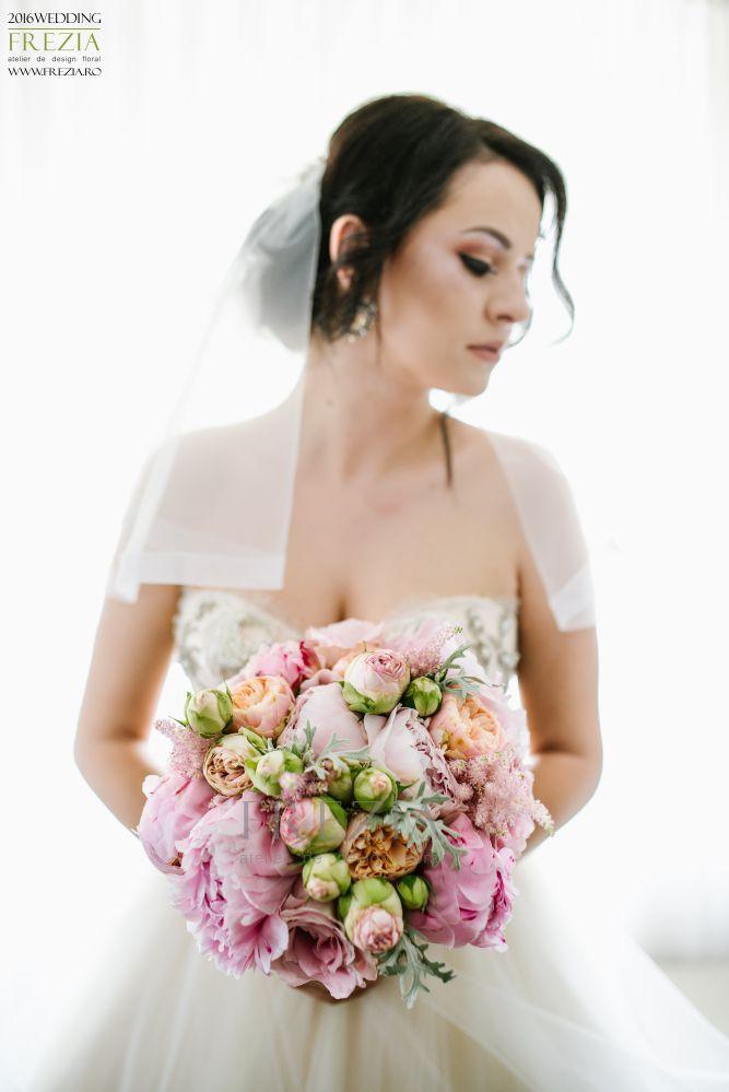 Fiecare femeie visează o nuntă de poveste cu al ei Făt-Frumos . La urma urmei , ce poate fi mai romantic decât un cavaler în armură strălucitoare alaturi de care să fii fericită până la adânci bătrâneți! Every woman dreams of a fairytale wedding with her Prince Charming . After all , what could be more romantic than a knight in shining armor with whom to live happily ever after ! Flower design/ www.frezia.ro Photo/ Jugravu Florin
