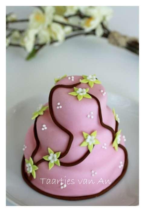 Mini-cake with apple.