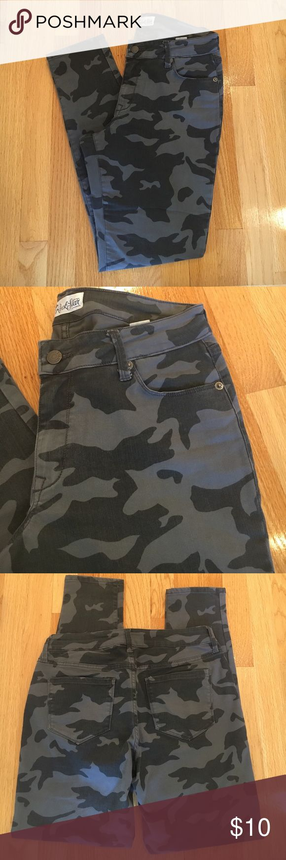 Old Navy camouflage skinny pant 🍰excellent condition, has stretch! 14 1/2 inch waist, 8 1/2 inch rise, and 29 1/2 inch inseam Old Navy Pants Skinny