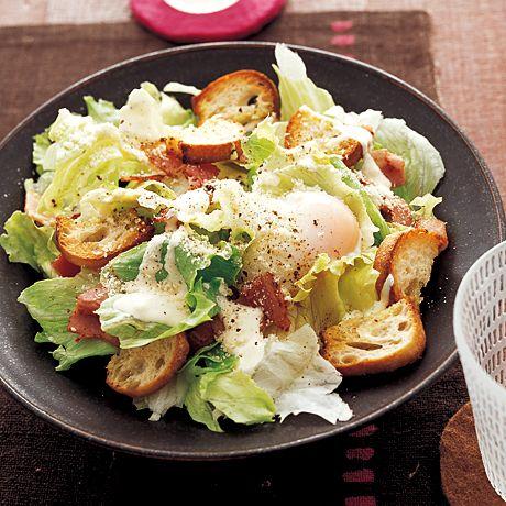 たっぷりチーズと卵がおいしさの決め手「シーザーサラダ風」のレシピです。プロの料理家・井澤由美子さんによる、ベーコン、レタス、フランスパン、牛乳などを使った、327Kcalの料理レシピです。
