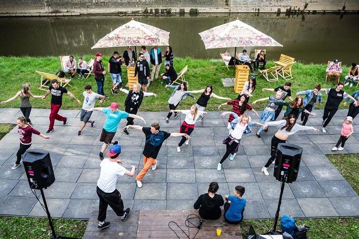 Třetí ročník festivalu Náplavka k světu. znovu přilákal své návštěvníky na břeh řeky Radbuzy. Zeleň, voda, klid a odpočinek… Přesně to a doprovodný program přivádí na Náplavku každý den stovky lidí. Stále větší oblibu si získaly pravidelné čtvrteční tančírny, páteční koncerty, sobotní hodiny jógy a pro milovníky dobrého jídla i sobotní pikniky. Tím však bohatý program festivalu teprve začíná.