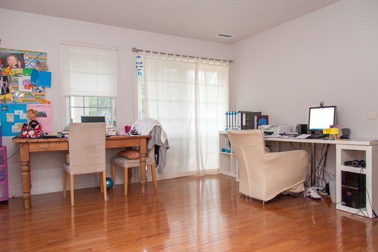 Habitación-estudio con acceso a balcón principal.