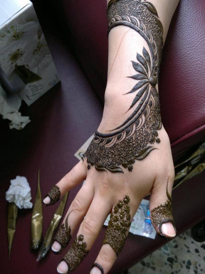 This henna tattoo (mehendi) is so different.