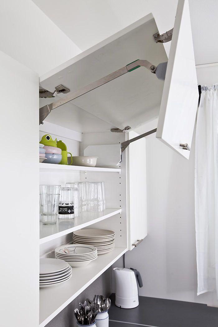 Keittiön kapeuden vuoksi suunnittelija  keskittyikin erityisesti säilytysratkaisujen käytännöllisyyteen ja tilavuuteen. Tämän vuoksi astianpesukoneen yläpuolelle suunniteltiin leveä kaappi ylöspäin aukeavalla taittomekanismi-ovella. Keittiöön saatiin näyttävä katseenvangitsija, jonka vaakasuuntaiset leveät ovet tasapainottavat kapeaa ja korkeaa tilaa ja tuovat tilan tuntua.