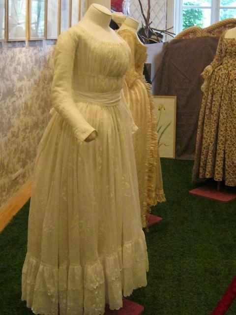 Chemise à la reine brodée, 1785-89, musée de la toile de Jouy
