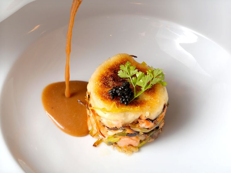 Crema de nécoras y cigalas con delicias de salmón y puerro gratinado con emulsión de ajos, en La Bodega de Chema