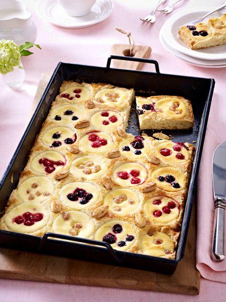 Blechkuchen macht alle glücklich. Ganz klassisch als Butterkuchen oder raffiniert als Kaffee-Karamell-Kuchen - Blechkuchen ist einfach und schnell gebacken.