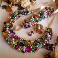 Joy - Set Boemo: colier statement, brațară manșetă și cercei. Bijuteriile sunt realizate cu atenție și migală din mărgele, perle și cristale, cusute manual. Feminitate, stil retro și inspirație de sezon, tendințe și culori chic. Setul Joy trebuie să facă parte din ținuta ta pentru următoarea ocazie specială. Comenzi pe www.boemo.ro