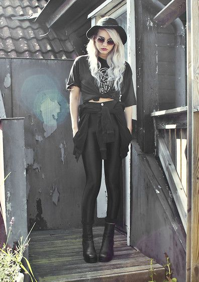 Who says hats and sunnies are for summer? They go perfectly with a 90s style autumn outfit.