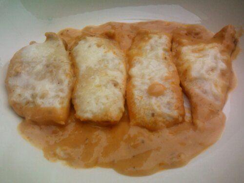 Filé de frango preguiçoso (assado no papel alumínio com molho de tomate, requeijão e queijo ralado)
