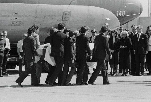 La dépouille d'Anthony David Kennedy accueillie par la famille (27.04.1984)