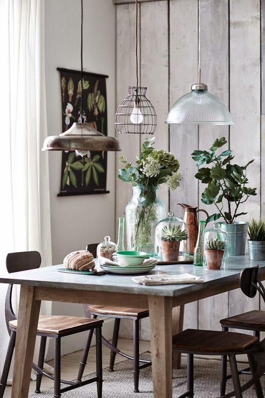 Idee: 3 verschiedene Lampen über Esstisch hängen.