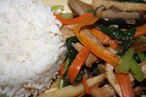 Shop suey porc Personnes : 6 Ingrédients : 300 g de viande d'échine ou filet de porc 3 carottes 1 courgette 1 gros oignon blanc 1 gros paquet de chou de chine 1 boite de pousse de bambou 1 boite de champignons chinois 1 grosse poignée de champignons noirs séchés 1 gousse d'ail 1 cuillère à café de gingembre fraîchement moulu 1 cuillère à café de coriandre moulu 1 pincée de poivre 2 cuillères à soupe de sauce d'huîtres huile sauce soja Préparation : Dans un petit saladier, faire tremper les…