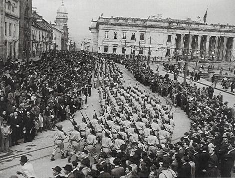 1949 Desfile del 20 de Julio. Sady, Salvador Isidro Gonzalez Moreno, Fotografos <span>(Reporteria, urbano)</span>  ColArte   Colombia