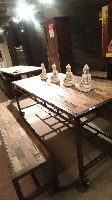 Industriële sloophouten tafel met aan een kant een bankje andere kant min Bordeaux rode stoelen