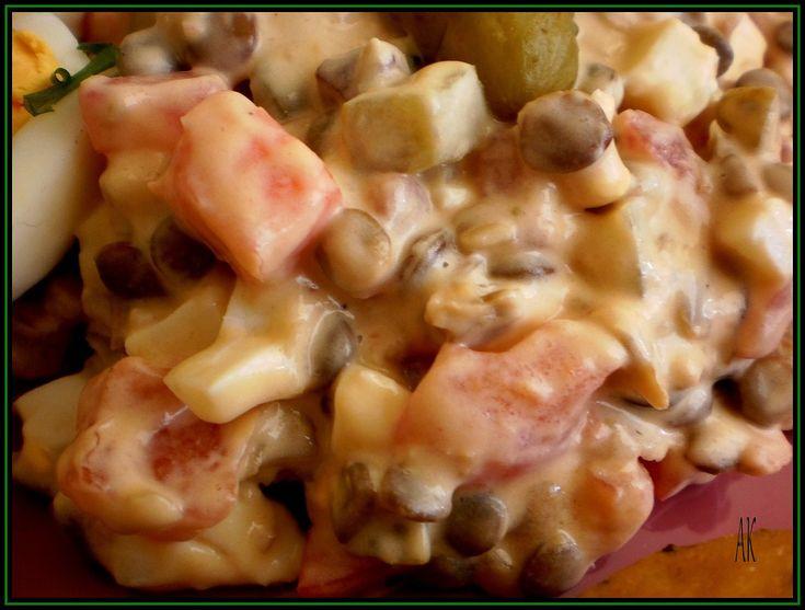 Čočku namočíme asi na 2 hodiny a pak uvaříme do měkka. Nakrájíme si rajčata, okurky, papriku a uvařená vajíčka. Přidáme čočku, můžeme trochu...