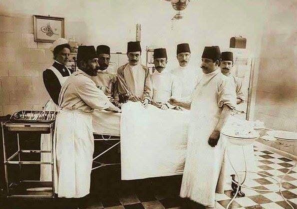 Hamidiye, Etfal Hastanesi doktorlari ameliyatta , 1900  Source: Islam Balgiç