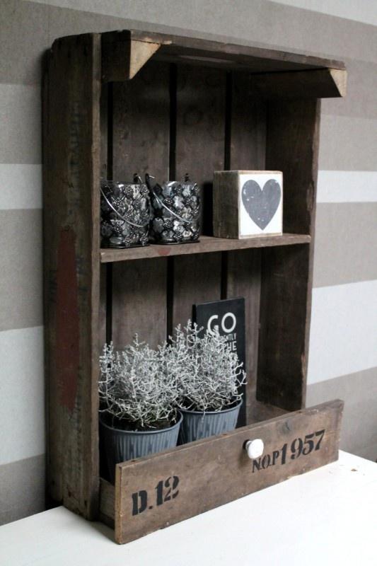 Landelijk kastje gemaakt van een oud aardappelkistje. Geschikt om op te hangen of neer te zetten op bijvoorbeeld een kast of sidetable.