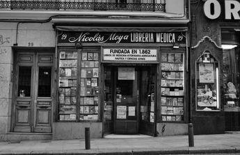 """La librería que ostenta el privilegio de ser la más antigua de Madrid se encuentra en la calle Carretas y es la Librería Moya. Encima de la tienda se puede observar una placa conmemorativa que dice: """"Comunidad de Madrid, agradeciendo el servicio a la ciudad"""". Debajo, con un relieve de la Puerta"""