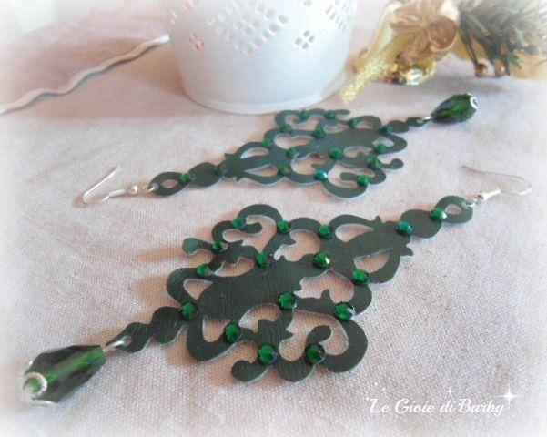 Orecchini in ecopelle verde con applicazione di strass swarovski e pendente in cristalli. #orecchiniecopelle #orecchinigrandi #orecchinileggeri #orecchiniverdi #orecchinihandmade #lemaddine