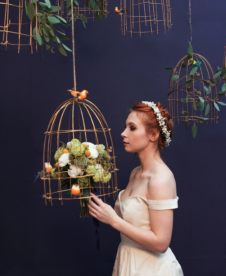 Mamie-Boude-project- La-promise6 wedding flowers birds cage set décor blue wall
