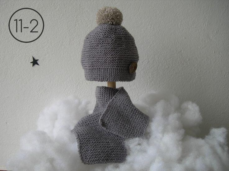 Bufanda y gorro para bebe hecho en punto bobo en color visón con botón madera estampado. http://www.libelulahandmade.com/