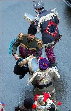 Alejando a los espíritus del demonio en Rumanía. En sus regiones rurales los bailarines se desplazan de casa en casa la víspera de Año Nuevo, cantando y bailando para alejar el mal.