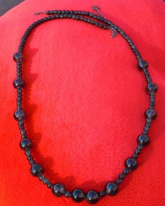 280 - Ketting met kleine en dikke zwarte cracle kralen (78cm) €9,0