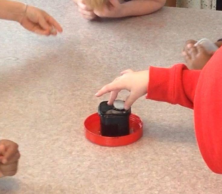 Vem gör så att vattnet rinner över? Barnen turas om att lägga i en sten i en liten burk med vatten. Den vuxne kan utmana barnen genom att diskutera om volym och ytspänning.