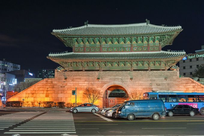 韓国・東大門市場はファッション街として人気を誇るエリアです。ショッピングなら韓国・東大門市場が断然おすすめスポットです。もちろん、グルメも豊富で、定番スポットや観光地も多くある、おすすめスポットです。眠らない街ですが治安も良いです。ぜひ韓国・東大門市場のおすすめスポット15選をご覧になってください。