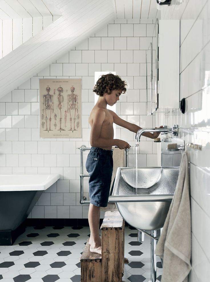 Salle de bain rétro en noir et blanc en suède (Milk Decoration)