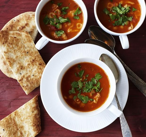 Krydret tomatsuppe med pasta og kylling   Magasinet Mad!