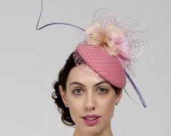 Ähnliche Artikel wie Fascinator Cocktail Hut mit Federn, geformte Wolle Filz Kopfschmuck, Mini Hut Ascot Hut - Louisa auf Etsy